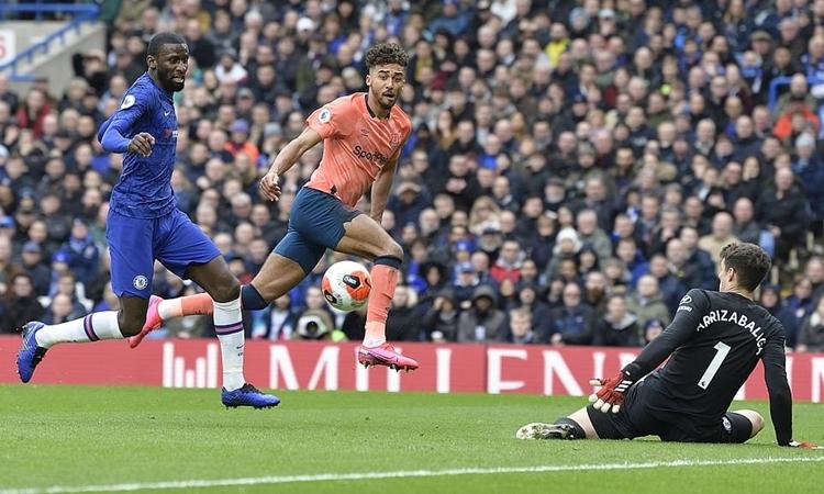 Calvert-Lewin (giữa) bỏ lỡ cơ hội ngon ăn nhất trận của Everton. Ảnh: Everton FC.