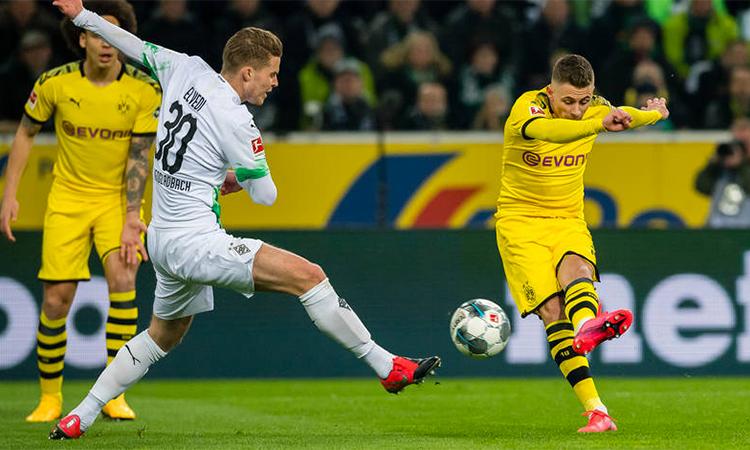 Hazard mở tỷ số với cú dứt điểm kỹ thuật ở phút thứ 8 trên sân Borussia Park. Ảnh: BVB.
