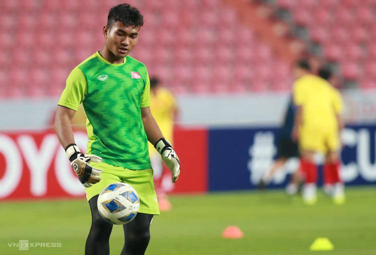 Thủ môn đội U23 Việt NamY Êli NiÊ bị treo giò hai trận và phạt năm triệu đồng sau trận đấu giữa Đắk Lắk và Bình Định. Ảnh: Lâm Thoả