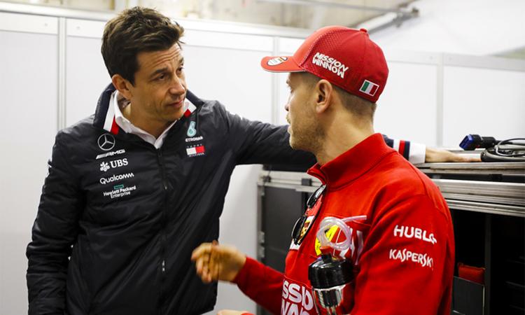 托托·沃尔夫(Toto Wolff)去年曾在新加坡与法拉利车手塞巴斯蒂安·维特尔(Sebastian Vettel)进行过交谈。 照片:LAT。
