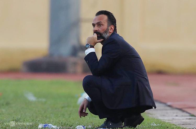 HLVFabio Lopez thất vọng khi thua trong trận ra mắt tại V-League ngày 8/3. Ảnh: Nguyễn Như