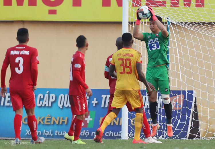 Văn Toản có ba pha cứu thua khi Hải Phòng thắng Thanh Hoá ở trận ra quân V-League 2020. Ảnh: Nguyễn Như