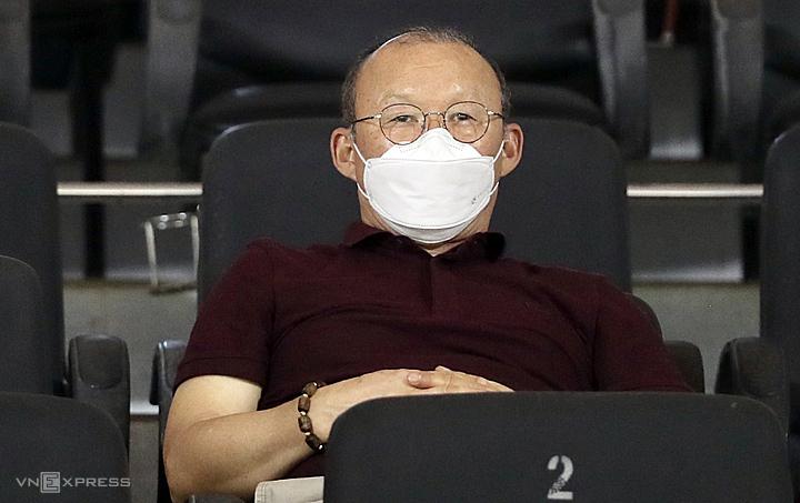 HLV Park Hang-seo trên sân Thống Nhất tối 8/3 để theo dõi trận đấu. Ảnh: Đức Đồng.
