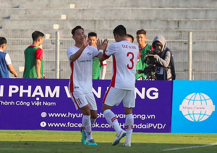 Việt Phong chia vui với đội trưởng Quế Ngọc Hải (số 3) sau khi ghi bàn. Ảnh: Đức Hùng