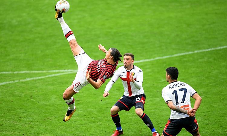 Ibrahimovic (trái) tung người móc bóng đẹp mắt trong hiệp hai, nhưng không trúng đích. Ảnh: Reuters.