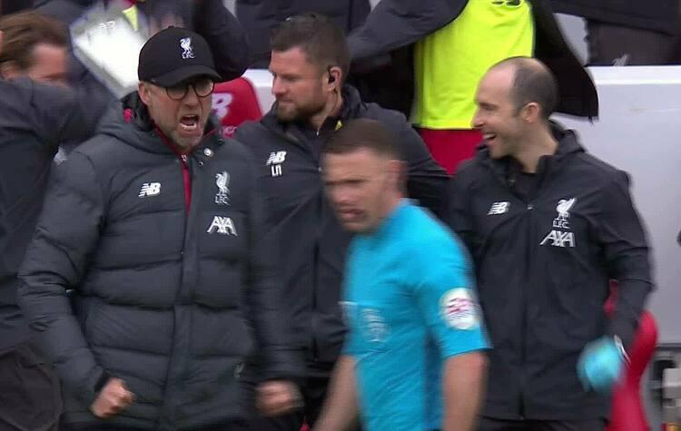 Hành động quá khích của Klopp trong trận đấu với Bournemouth. Ảnh chụp màn hình.