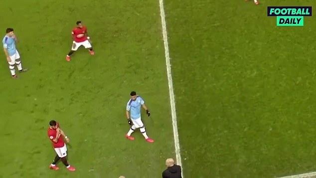 Hai bên lời qua tiếng lại, trước khi Fernandes đưa tay lên miếng, ra dấu im lặng cho Guardiola.