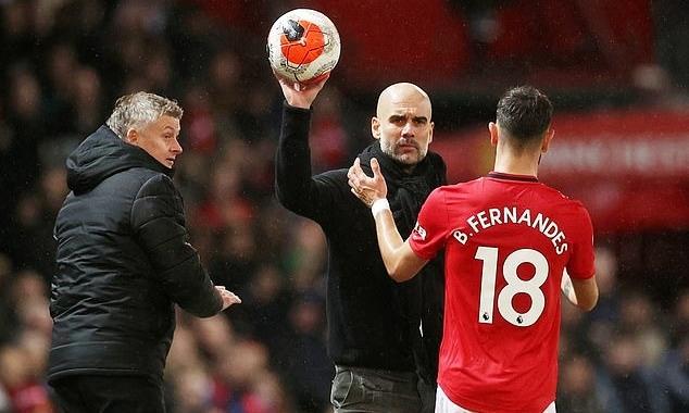 Fernandes (phải) tiến về phía Guardiola để ném biên nhưng HLV Man City không đưa bóng cho anh...