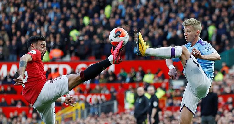 Fernandes (trái) tranh bóng cùng cầu thủ Man City. Ảnh: Reuters.