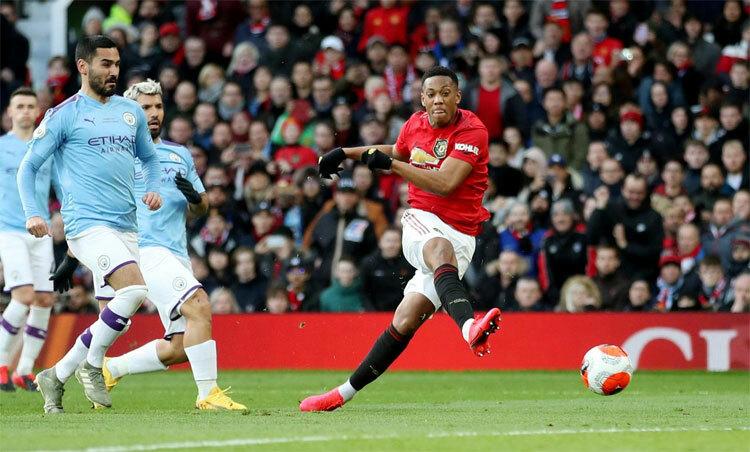 Martial đánh bại hàng thủ Man City trong tình huống mở tỷ số. Ảnh: Reuters.