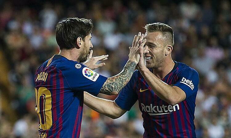 Messi từng ấn tượng với Arthur hồi đầu mùa. Ảnh: Mundo Deportivo.