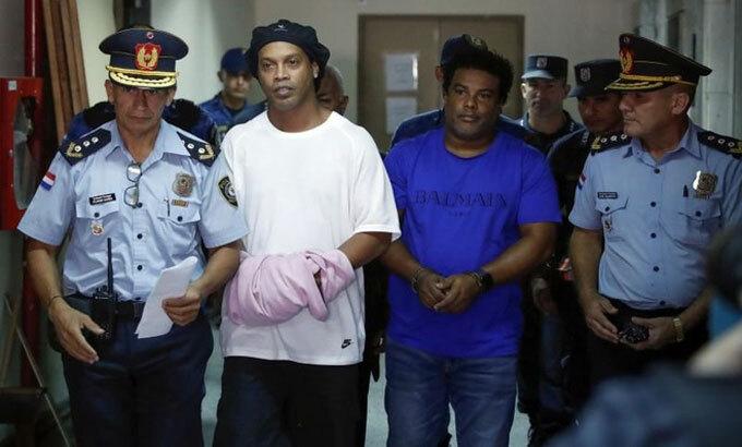 Ronaldinho và anh trai phải vào tù, thay vì được tại ngoại. Ảnh: Reuters.