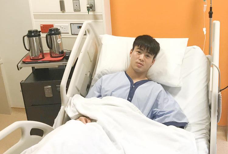 Đỗ Duy Mạnh sau ca phẫu thuật nối dây chằng chéo trước tại Singapore ngày 10/3. Ảnh: HNFC