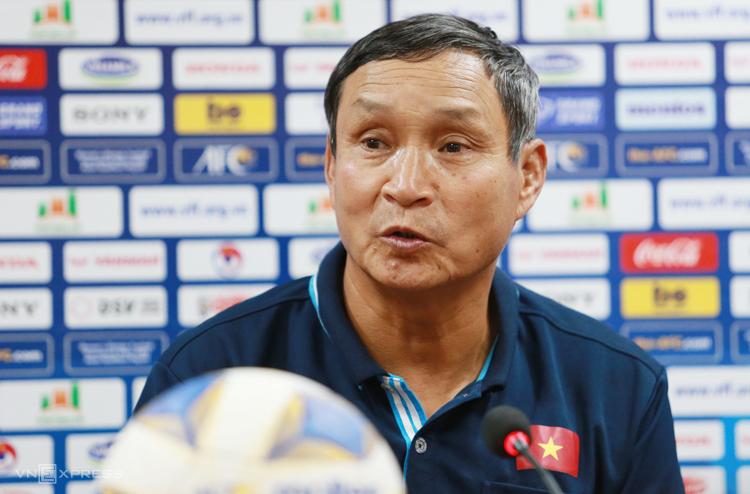 HLV Mai Đức Chung cho rằng thua 0-5 ở lượt đi là bình thường nên các cầu thủ Việt Nam vẫn có tinh thần tốt. Ảnh: Lâm Thoả