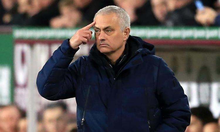 Mourinho sẽ không thể mua những cầu thủ đắt giá như thời ở Chelsea, Real Madrid và Man Utd. Ảnh: AFP.