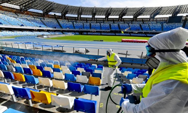 Nhân viên dịch tể phun khử trùng một sân bóng tại Serie A hôm 9/3, trong lúc chờ quyết định của CONI về việc dừng mọi hoạt động thể thao. Ảnh: ANSA.