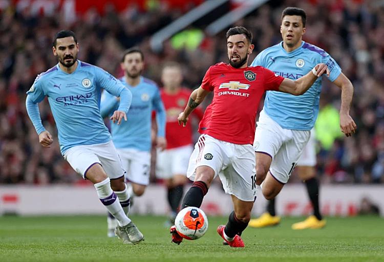Gundogan (trái) lép vế trước Fernandes trong trận derby Manchester hôm 8/3. Ảnh: Reuters.