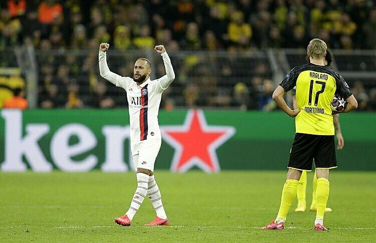 Neymar (trắng) là niềm hy vọng lớn nhất của PSG ở lượt về. Ảnh: AP.