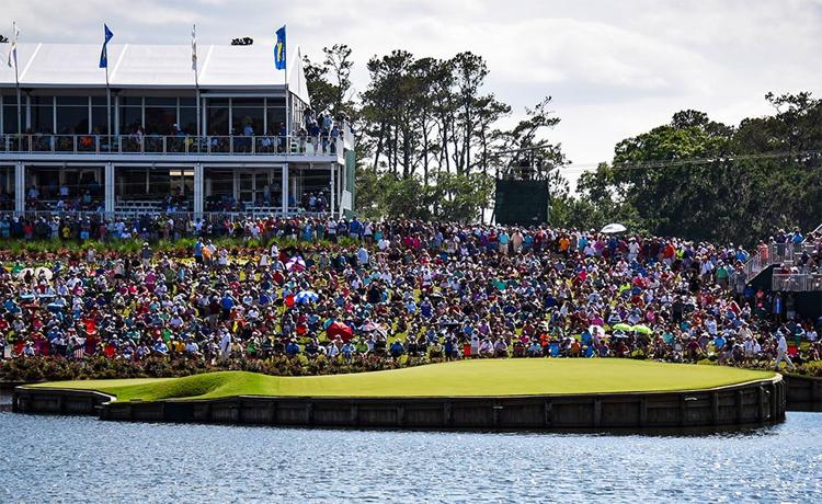 H? 17, n?m trên bán ??o, là th? thách kh?c nghi?t nh?t v?i m?i golfer, và c?ng là tam ?i?m chú y c?a ng??i ham m? khi t?i xem The Players Championship. ?nh: PGA Tour.