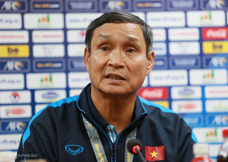 HLV Mai Đức Chung hạnh phúc khi tuyển nữ Việt Nam có bàn thắng vào lưới Australia ngày 11/3. Ảnh: Lâm Thoả