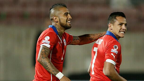Vidal (trái) và Sanchez sẽ bị cách ly hai tuần nếu về Chile trong tháng này. Ảnh: NBC.