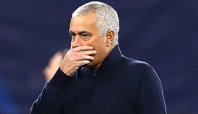 Mourinho thất vọng chứng kiến Tottenham thảm bại trước Leipzig. Ảnh: DM.