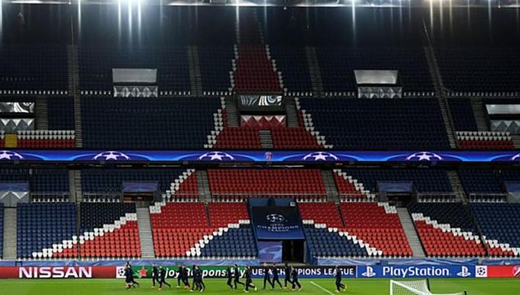 Chỉ số ít thành viên VIP hai độivà quan chức UEFA được dự khán trận đấu tại Parc des Princes đêm nay. Ảnh: AFP.