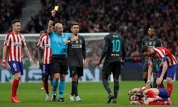 Sadio Mane rời sân sớmở trận lượt đi vì có dấu hiệu bị khiêu khích bởi các cầu thủ Atletico. Ảnh: Reuters.