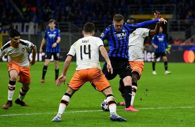 Ilicic trong pha dứt điểm nâng tỷ số lên 2-0 cho Atalanta trong trận lượt đi thắng Valencia 4-1 tại San Siro. Ảnh: Maxifoot.fr.
