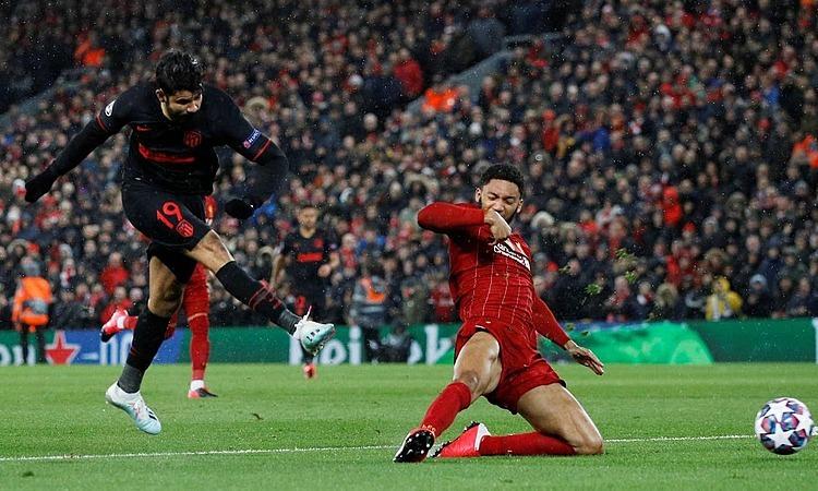 Atletico (áo đen)chiến thắng tại Anfield. Ảnh: Reuters.
