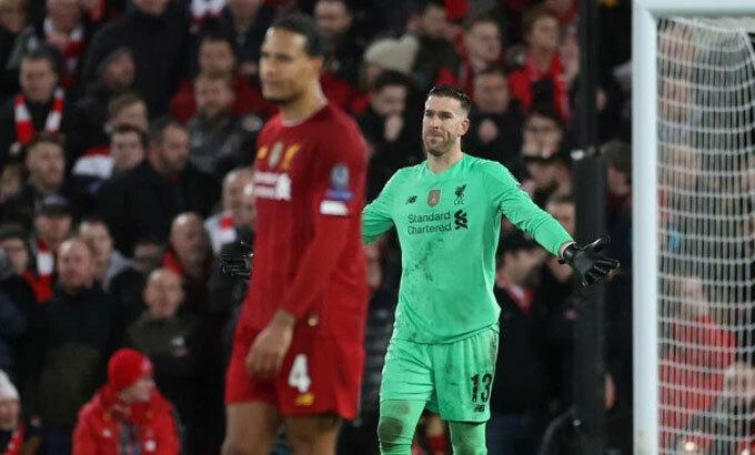 Adrian mắc sai lầm khi đội bóng đang dẫn 2-0, mở đầu cho màn thua ngược. Ảnh: Reuters.