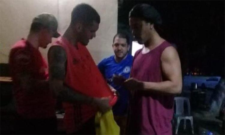 Ronaldinho ký tặng...