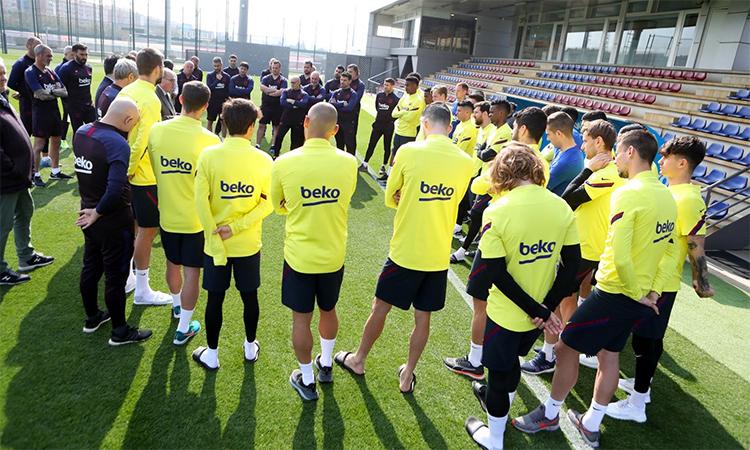 Các thành viên đội một Barca nghe phổ biến các quy tắc y tế cho thời gian không tập trung cùng CLB, trước khi rời sân tập Joan Gamper hôm 13/3. Ảnh: FCB.