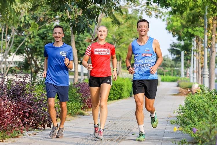 Runner nước ngoài thích chạy sáng tại Việt Nam để tận hưởng không khí trong lành, tiết trời ấm áp và những cung đường rợp bóng cây. Ảnh: Quỳnh Trần.