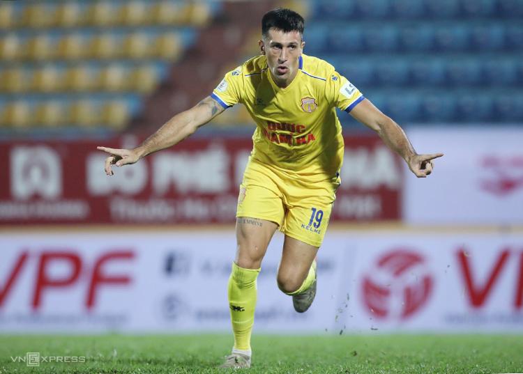 Đõ Merlo ghi bàn trận thứ hai liên tiếp cho Nam Định. Ảnh: Nguyễn Như