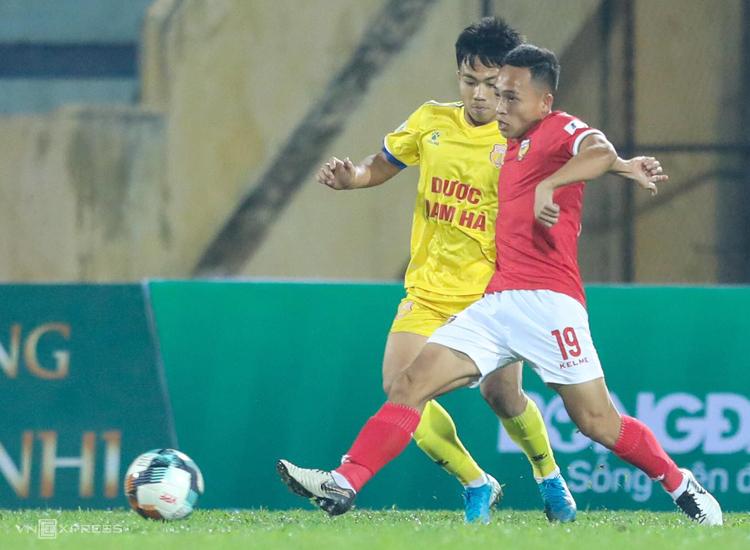 Liên tiếp thua Viettel và Nam Định, Hà Tĩnh (áo đỏ) rơi xuống vị trí bét bảng. Ảnh: Nguyễn Như