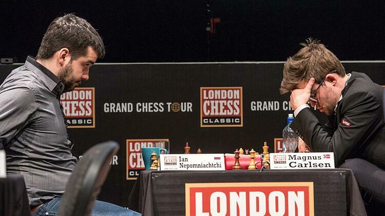 Nepomniachtchi (trái) hạ Carlsen ở London Chess Classic 2017. Ảnh: Chess.com.
