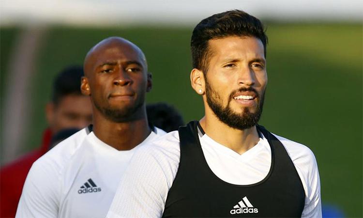 Garay (phải)và Mangala (trái) là hai trong năm thành viên Valencia dương tính với nCoV. Ảnh: Marca.