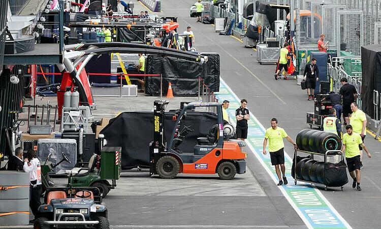 Các đội đua dọn dẹp đồ đạc, rời Melbourne, sau khi GP Australia bị huỷ. Ảnh: AP.