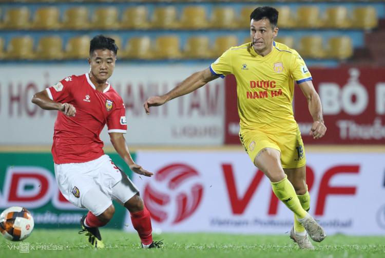 Cầu thủ Hà Tĩnh không thể bắt được Đỗ Merlo trong trận thua trên sân Thiên Trường ngày 14/3. Ảnh: Nguyễn Như