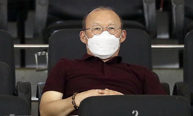 HLV Park Hang-seo đeo khẩu trang khi dự khán trận đấu giữa Sài Gòn và SLNA. Ảnh: Đức Đồng.
