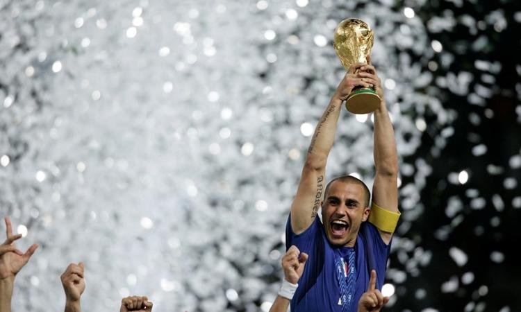 Cannavaro giương cup vàng World Cup 2006 sau khi thắng Pháp ở chung kết. Ảnh: Reuters.