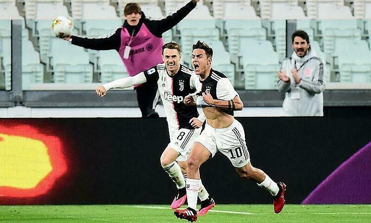 Dybala (số 10) mừng bàn thắng vào lưới Inter. Ảnh: Reuters.
