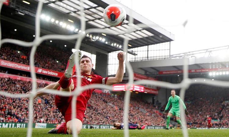 James Milner cứu thua trên vạch vôi trong trận đấu gần nhất của Liverpool tại Ngoại hạng Anh - trận thắng Bournemouth 2-1 hôm 7/3. Ảnh: The Sun.