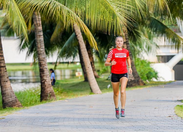 Claire Josquin mê chạy bộ từ nhỏ và đang tập ba môn bơi đạp chạy khi gặp khí hậu thuận lợi tại Việt Nam. Ảnh: Quỳnh Trần.
