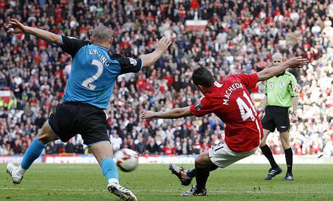 Cú cứa lòng của Macheda làm tung lưới Aston Villa 11 năm trước. Ảnh: Daily Mail.