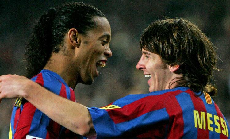 Ronaldinho (trái) chính là người kiến tạo để Messi ghi bàn đầu tiên cho Barca.