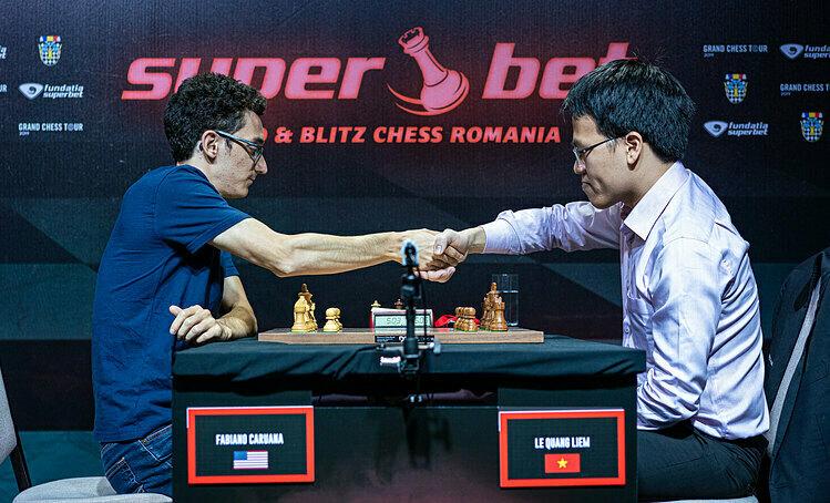 Quang Liêm (phải) từng thắng Caruana ở Romania Grand Chess Tour 2019. Ảnh: GCT.