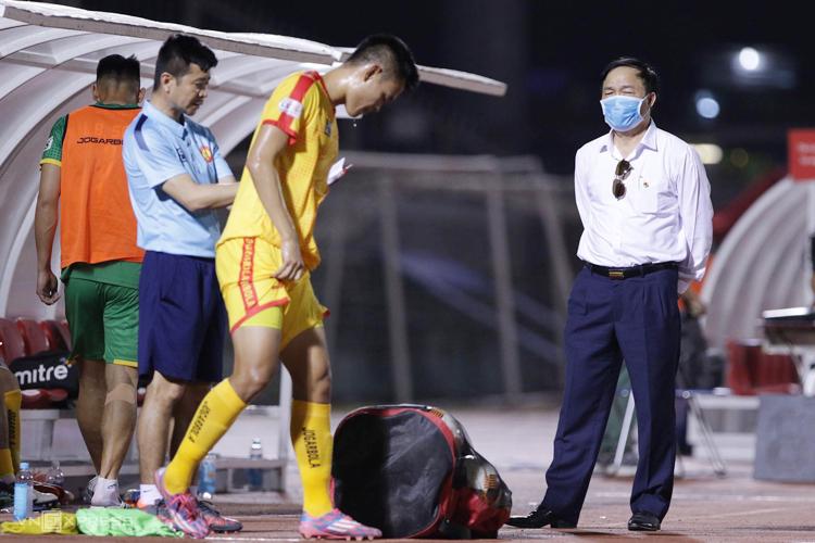 Bầu Đệ thất vọng khi Thanh Hoá thua TP HCM 0-1 ở vòng hai V-League 2020. Ảnh: Đức Đồng