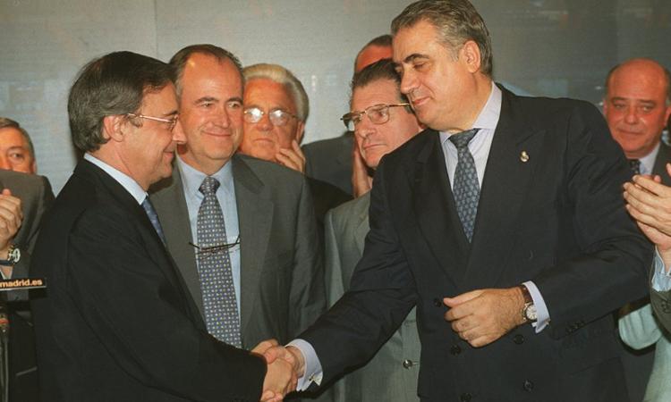 Sanz bàn giao vị trí chủ tịch Real cho Florentino Perez chỉ hai tháng sau khi cùng Real vô địch Champions League 2000. Ảnh: AS.